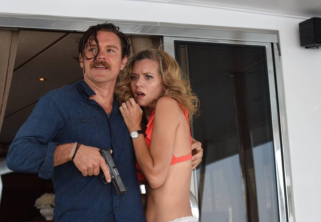 Was hat die russische Mafia mit dem Mord an dem Schönheitschirurgen zu tun? Riggs (Clayne Crawford, l.) und Murtaugh möchten den russischen Medikame... - Bildquelle: Warner Brothers