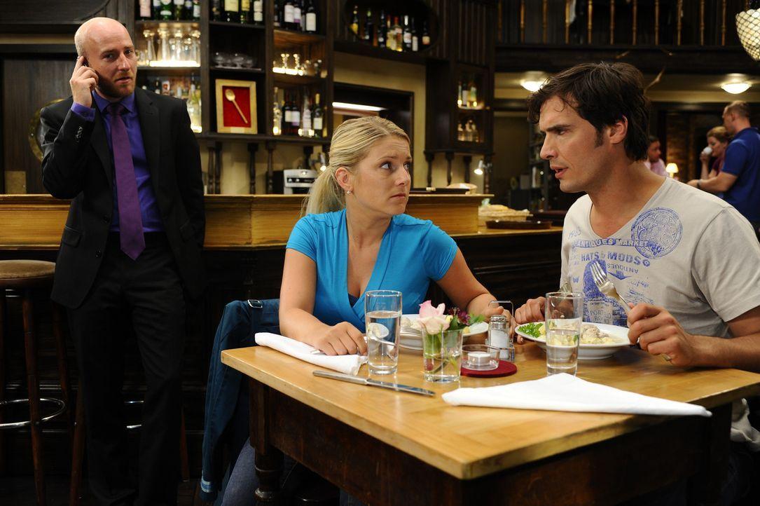 Anna (Jeanette Biedermann, l.) macht sich große Sorgen um Jonas, doch Alexander (Paul Grasshoff, r.) kann sie etwas beruhigen ... - Bildquelle: Sat.1