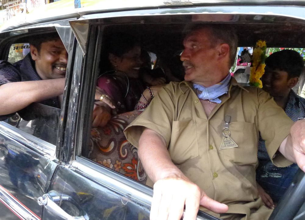 Taxifahrer Fritz (2.v.r.) im indischen Großstadtdschungel von Bombay ... - Bildquelle: kabel eins
