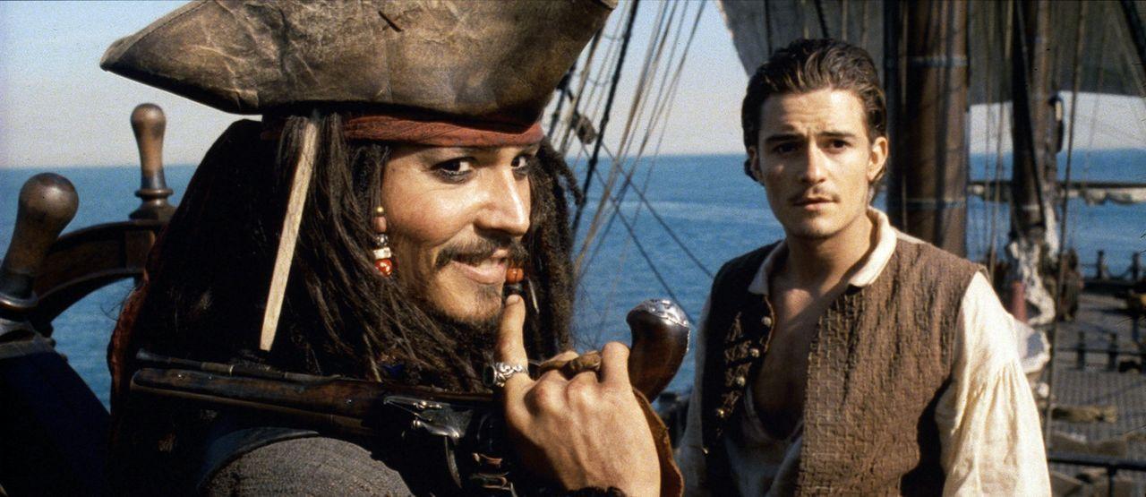 Als Elizabeth von Barbossas Männern verschleppt wird, tut sich Will (Orlando Bloom, r.) mit dem Piraten Captain Jack Sparrow (Johnny Depp, l.) zusa... - Bildquelle: Disney/ Jerry Bruckheimer