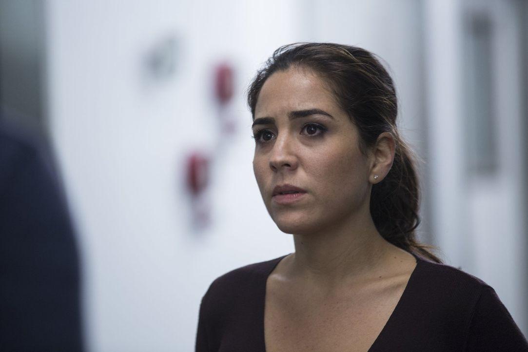 Um Reed zu schützen, stiehlt Zapata (Audrey Esparza) die Tatwaffe aus der Asservatenkammer. Doch dann wird klar, dass das Messer nicht Reed, sondern... - Bildquelle: Warner Brothers