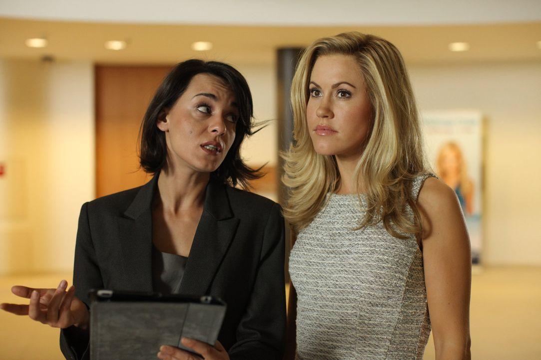 Manu (Edita Malovcic, l.), die Giftspritze des Hotels, nutzt jede Gelegenheit um Jessica (Wolke Hegenbarth, r.) eins auszuwischen ... - Bildquelle: Petro Domenigg SAT.1
