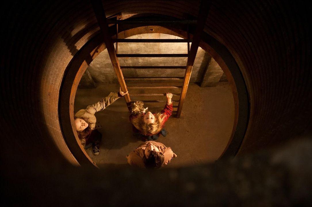 Nach über 300 Tagen im Betonbunker hoffen Ray (Alexander Skarsgård, r.), Claire (Andrea Riseborough, l.) und die siebenjährige Tochter Zoe (Emily Al... - Bildquelle: 2015 Warner Bros.
