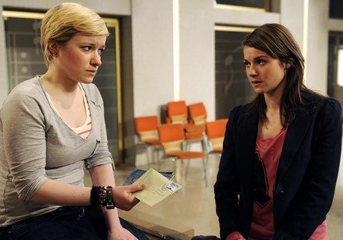 Emma ist schwer getroffen von Jennys Geständnis und stößt sie von sich ... - Bildquelle: Christoph Assmann - Sat1