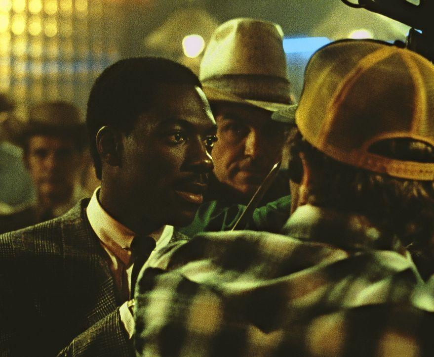 Der schwarze Reggie (Eddie Murphy, l.) ist nicht auf den Mund gefallen und lässt sich auch von ein paar schwarzen Rassisten nicht die Laune verderb... - Bildquelle: Paramount Pictures