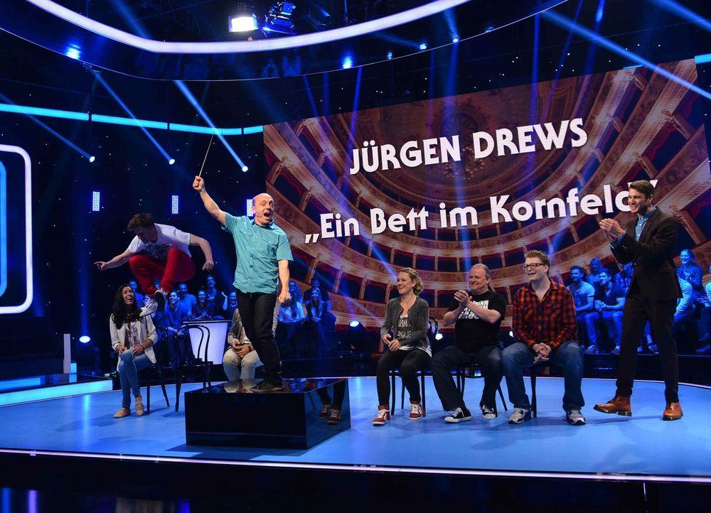 Bernhard Hoecker (4.v.l.) präsentiert sein Talent beim Publikumsorchester ... - Bildquelle: Willi Weber SAT.1/Willi Weber