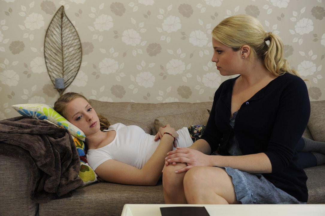 Lara (Amelie Plaas Link, l.) ist verzweifelt. Sie glaubt, ihrer Mutter (Caroline Maria Frier, r.) und ihrem Vater nur eine Last gewesen und jetzt au... - Bildquelle: SAT.1