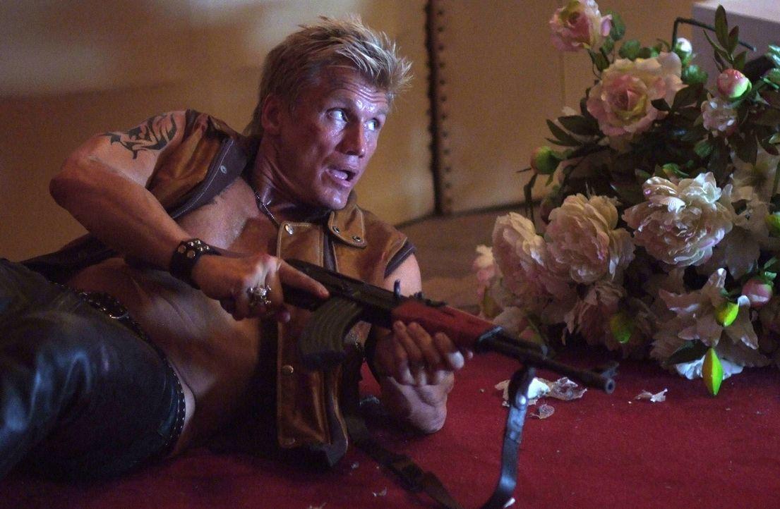 Die Familie des russischen Präsidenten wird von Terroristen festgehalten. Unerschrocken nimmt der Schlagzeuger Joe (Dolph Lundgren) den Kampf gegen... - Bildquelle: Nu Image