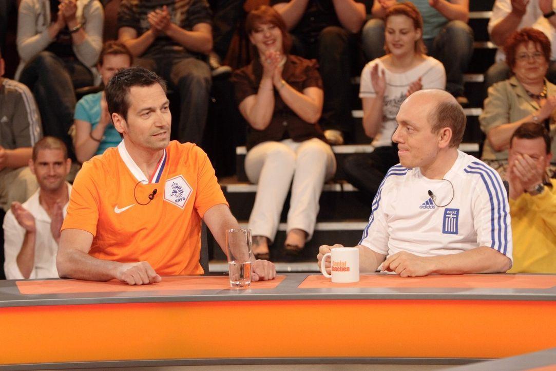 """Dieter Nuhr (l.) ist im Trikot der """"Oranjes"""" erschienen, während Bernhard Hoëcker (r.) das Trikot des Europameisters 2004 Griechenland trägt... - Bildquelle: Sat.1"""