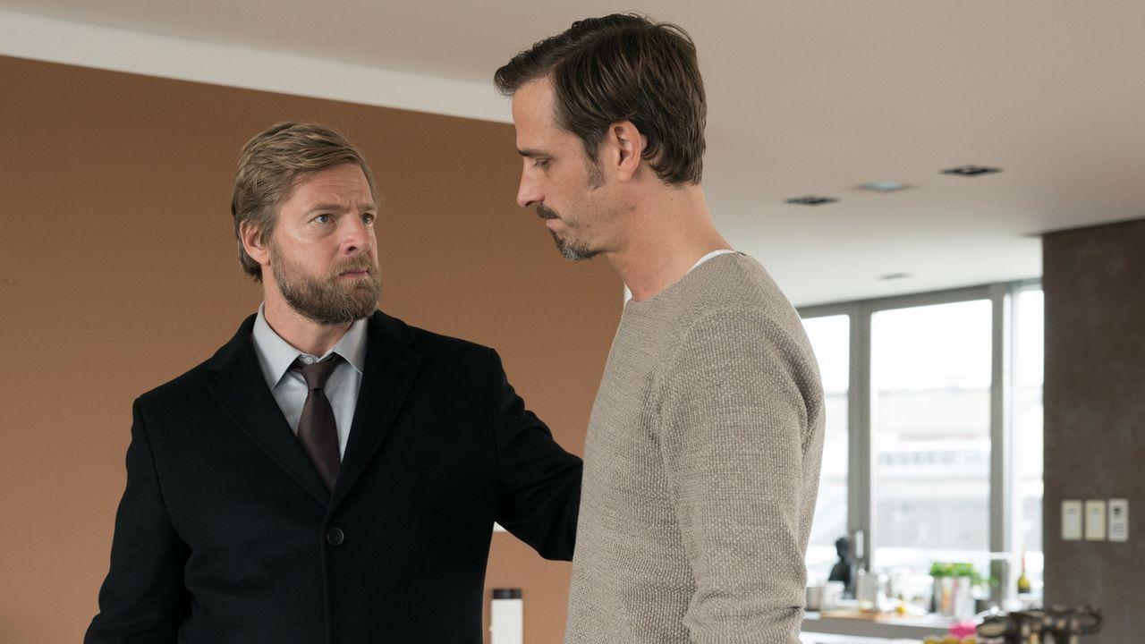 Kriminalkommissar Robert Anger (Henning Baum, l.) muss seinem Freund Miki (Max von Thun, r.) eine schreckliche Nachricht übermitteln ... - Bildquelle: Marc Reimann SAT.1/Marc Reimann