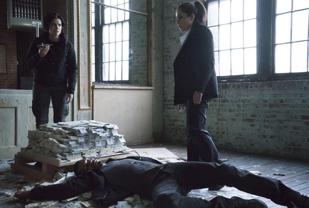 Auf der Jagd nach einem Dark Web-Kurier müssen sich Jane (Jaimie Alexander, l.) und Zapata (Audrey Esparza, r.) mit einigen Toten und einem Haufen Z... - Bildquelle: Warner Brothers