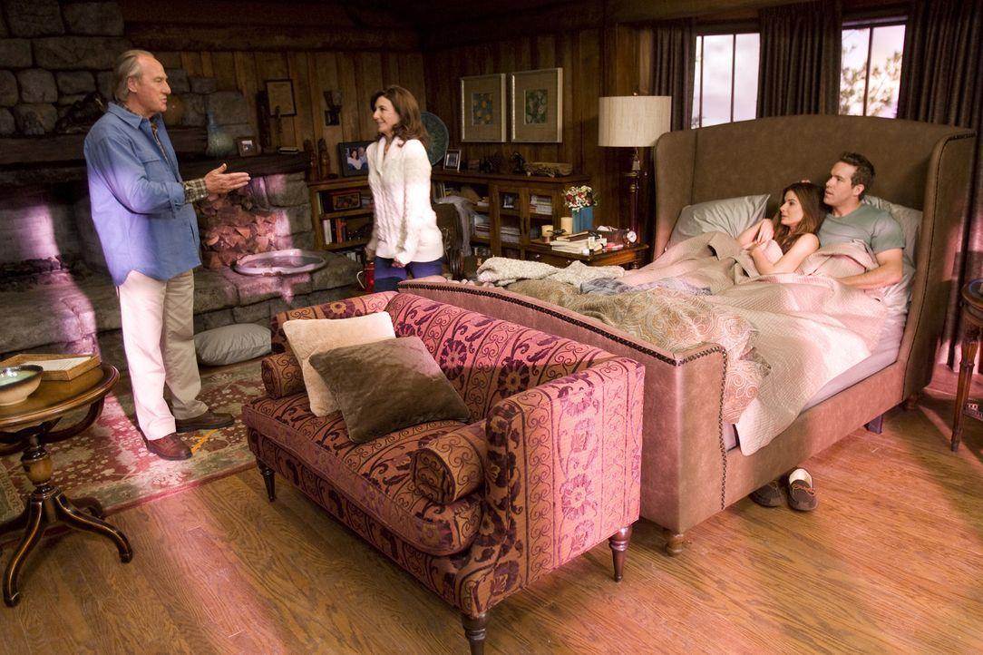 Bei einem Antrittsbesuch bei Andrews (Ryan Reynolds, r.) Eltern Grace (Mary Steenburgen, 2.v.l.) und Joe (Craig T. Nelson, l.) in Alaska wird die zu... - Bildquelle: Kerry Hayes Touchstone Pictures.  All Rights Reserved