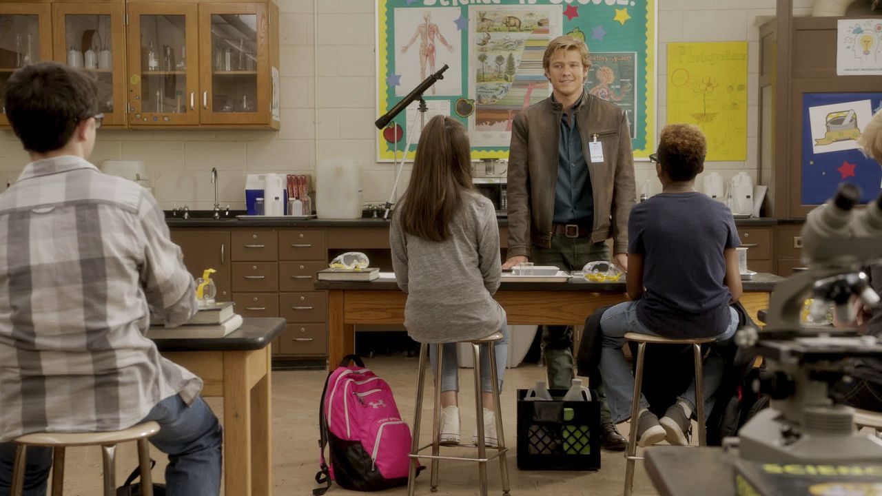 Zurück in die Vergangenheit: MacGyver (Lucas Till, 2.v.r.) kehrt zurück an seine High School in Mission City und hält einen Vortrag im Chemie-Unterr... - Bildquelle: 2016 CBS Broadcasting, Inc. All Rights Reserved