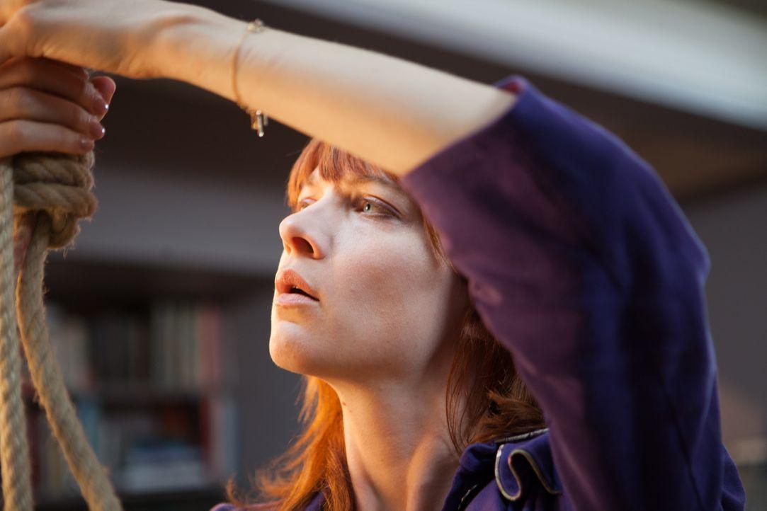 Ein Psychiater wird mit durchgeschnittener Kehle und aufgeknüpft im Schaufenster seiner Praxis aufgefunden. Die Ermittlungen stellen Chloé (Odile Vu... - Bildquelle: Jaïr Sfez 2012 BEAUBOURG AUDIOVISUEL