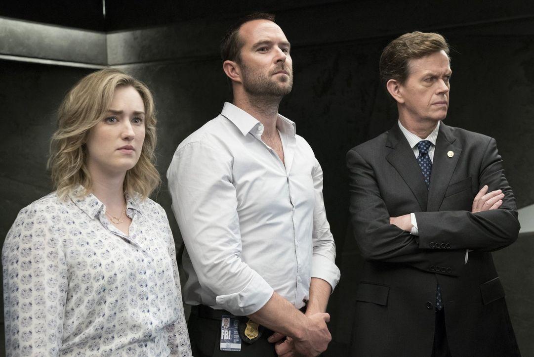 Während FBI-Direktor Pellington (Dylan Baker, r.) Janes Ausführungen mit Interesse verfolgt, stehen Weller (Sullivan Stapleton, M.) und Patterson (A... - Bildquelle: Warner Brothers