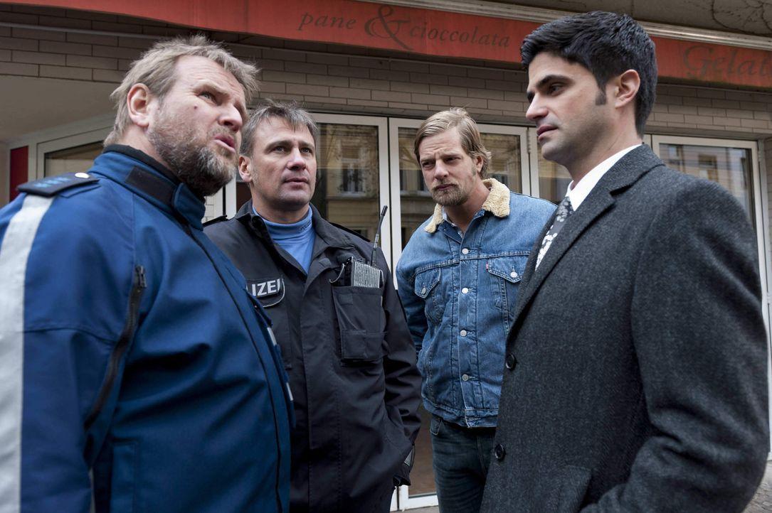 Unglücklicherweise läuft der Streifenpolizist Jochen Naumilkat (Felix Vörtler, l.) Mick (Henning Baum, 2.v.r.) ein zweites Mal über den Weg. Doc... - Bildquelle: SAT.1