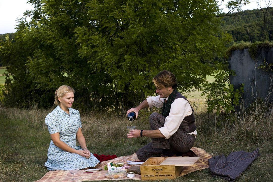 Mit Champagner und anderen kulinarischen Verlockungen aus dem Westen will der Ex-Böseckendorfer Harald (Andreas Pietschmann, r.) Tonia (Anna Loos, l... - Bildquelle: Sat.1