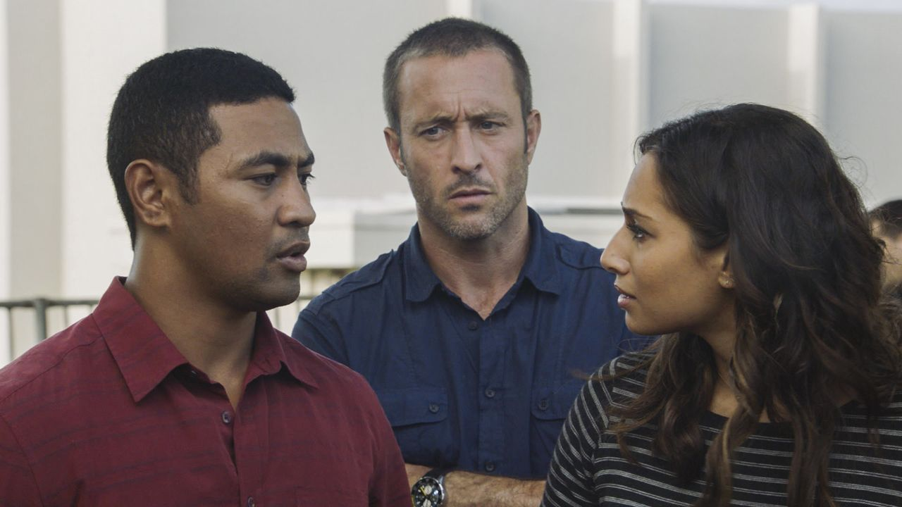 Nachdem ihr Kollege Adam entführt wurde, geben (v.l.n.r.) Junior (Beulah Koale), Steve (Alex O'Loughlin) und Tani (Meaghan Rath) alles, um ihn aus d... - Bildquelle: 2018 CBS Broadcasting, Inc. All Rights Reserved