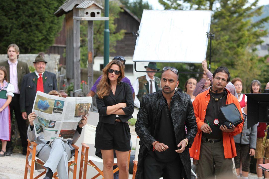"""Bollywood-Produzent Harish Singh (Murali Perumal, M.) will einen Drehort, der """"Magie, Poesie und Patina"""" ausstrahlt. Da präsentiert ihm Produktions... - Bildquelle: SAT. 1"""