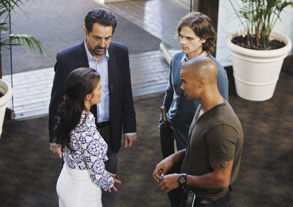Da in einem Hotel zwei Stundenten ermordet aufgefunden wurden, werden Rossi (Joe Mantegna, hinten l.), Reid (Matthew Gray Gubler, hinten r.) und Der... - Bildquelle: Touchstone Television