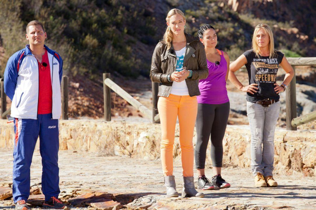 Heute laden Campchefin und Kickboxweltmeisterin Dr. Christine Theiss (2.v.l.), Fitness- und Ernährungsexpertin Silke Kayadelen (2.v.r.), Fitnesscoa... - Bildquelle: Enrique Cano SAT.1