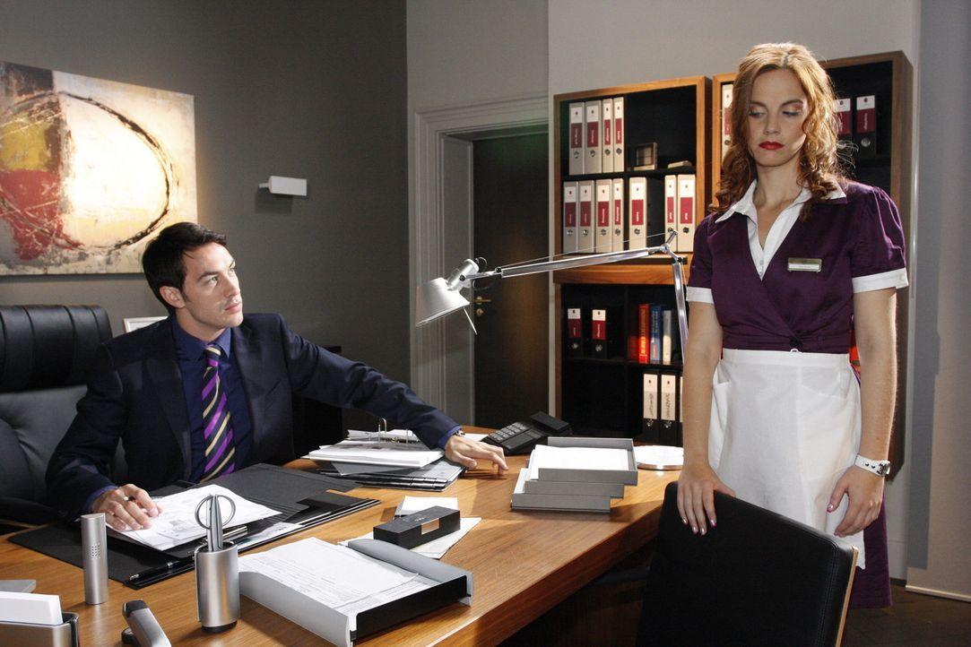 Manu (Marie Zielcke, r.) geht wegen ihres Fauxpas' davon aus, dass ihre Tage im Hotel nun endgültig gezählt sind - unwissend, dass sie Mark (Arne... - Bildquelle: SAT.1