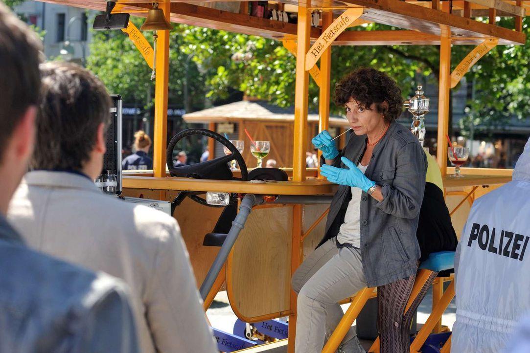 Nachdem die Braut auf ihrem eigenen Junggesellinnenabschied auf einem Bierfahrrad ermordet wurde, muss Tereza (Adriana Altaras) am Tatort nach Spure... - Bildquelle: Hardy Spitz SAT.1