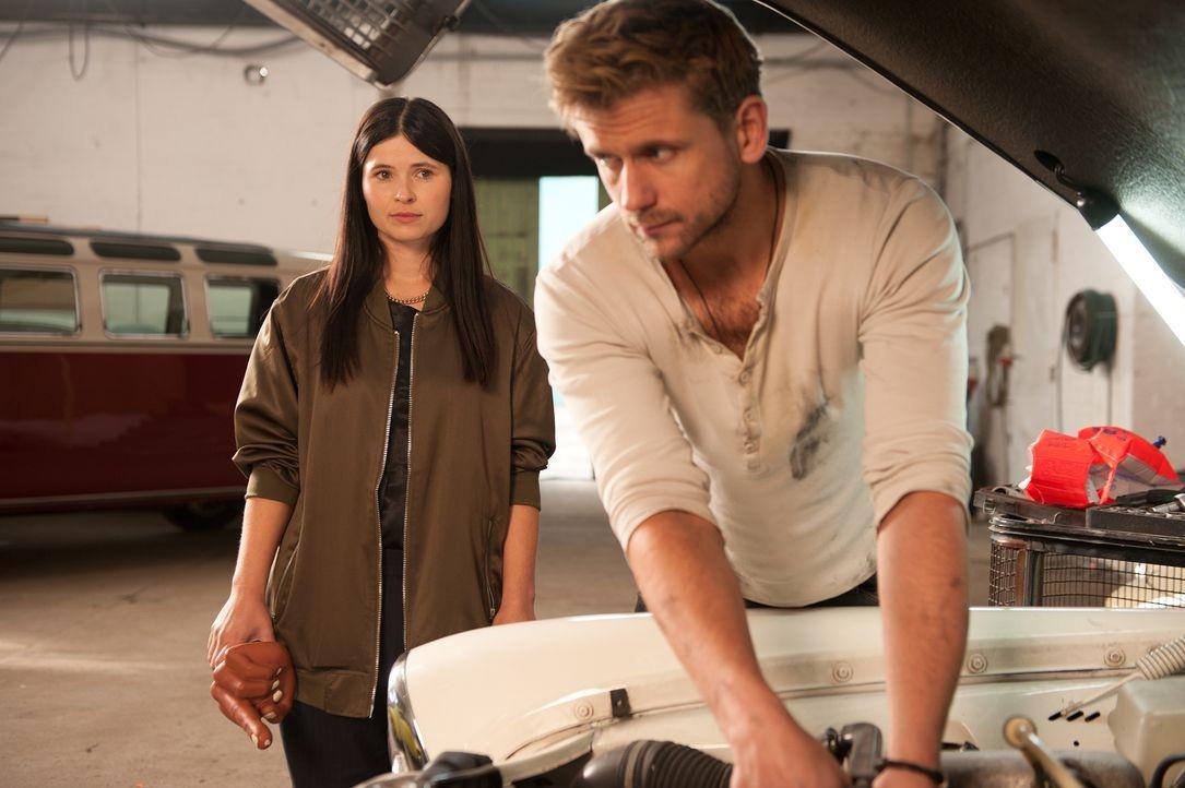 Nachdem sie sich kurz nach seinem Heiratsantrag aus dem Staub gemacht hatte, trifft Mandy (Anna Fischer, l.) Leo (Steve Windolf, r.) nach fast zehn... - Bildquelle: Britta Krehl SAT.1