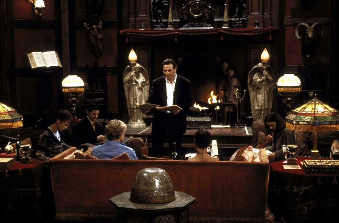 Trotz unheimlicher Vorkommnisse führen die Besucher von Hill House unter der Leitung des Wissenschaftlers Dr. David Marrow (Liam Neeson, M.) ihre S... - Bildquelle: TM &  1999 Dreamworks L.L.C. All Rights Reserved