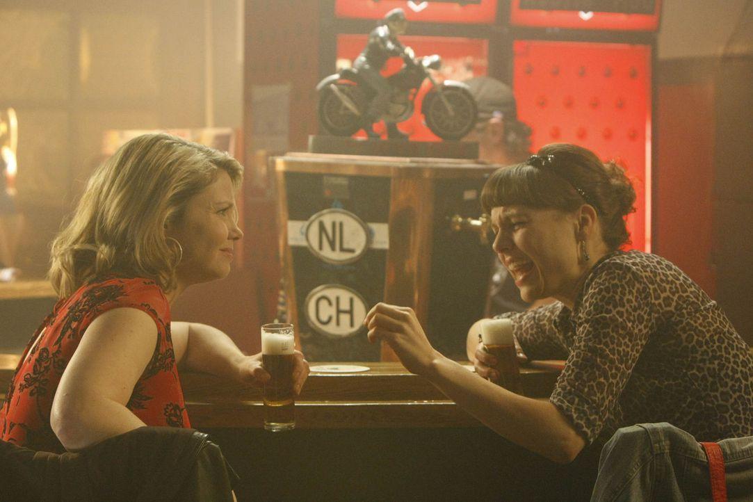 Frauenabend: Danni (Annette Frier, l.) und Bea (Nadja Becker, r.) ... - Bildquelle: SAT.1