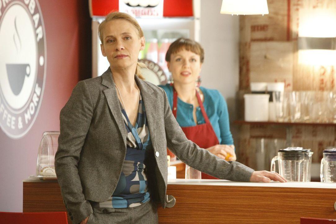 Gerade noch rechtzeitig kann Bea (Nadja Becker, r.) ihre Freundin Danni vor der Verwaltungschefin Frau Bose (Alexandra von Schwerin, l.) warnen ... - Bildquelle: SAT.1