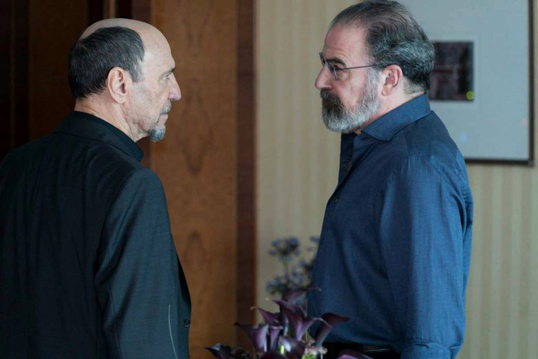 Geraten aneinander: Dar Adal (F. Murray Abraham, l.) und Saul (Mandy Patinkin, r.) ... - Bildquelle: 2015 Showtime Networks, Inc., a CBS Company. All rights reserved.