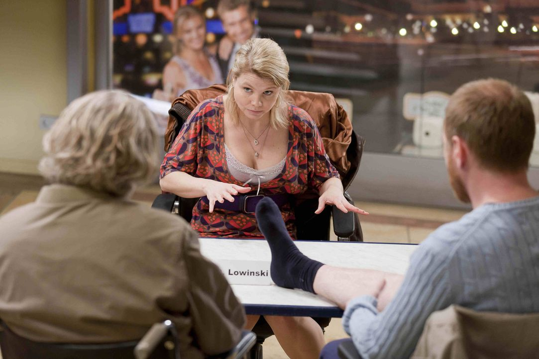 Während Danni (Annette Frier, M.) feststellt, dass sie mit Anfang Dreißig noch nicht soweit ist, Mutter zu werden, schließt Kurt (Axel Siefer, l.... - Bildquelle: SAT.1