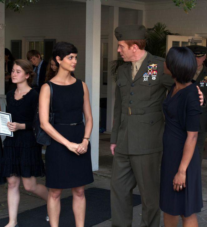 Noch ist Brody (Damian Lewis, M.) der liebende Ehemann von Jessica (Morena Baccarin, l.) und Helens (Afton Williamson, r.) trauernder Freund ... - Bildquelle: 20th Century Fox International Television