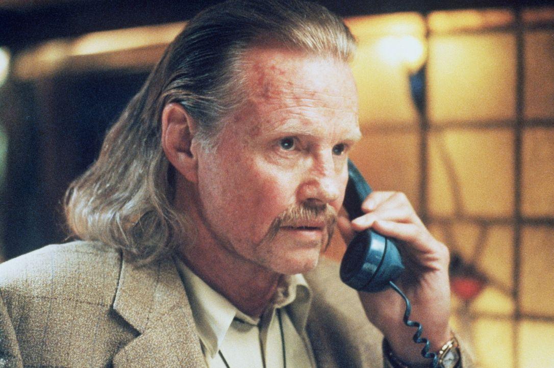 Der Informant Nate (John Voight) lässt seinen alten Kumpel McCauley nicht hängen, sondern liefert ihm ein paar hilfreiche Hinweise ... - Bildquelle: Warner Bros.