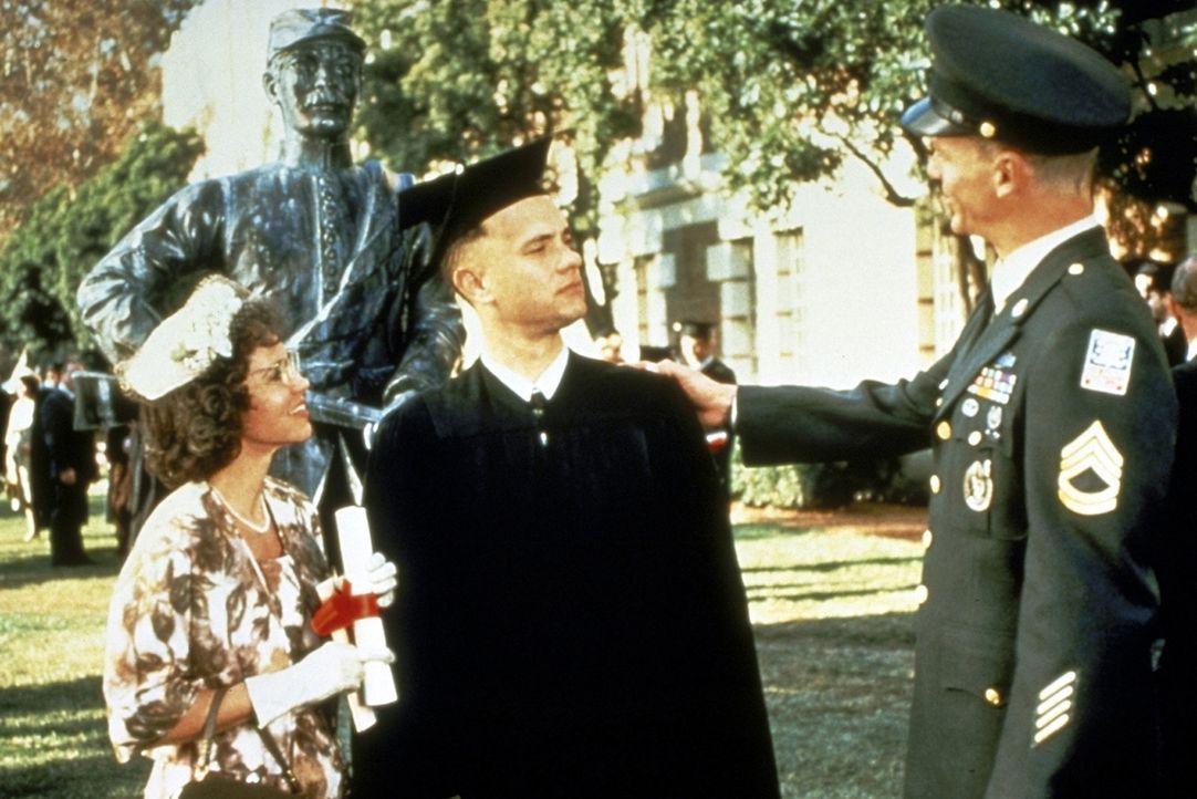 Forrests (Tom Hanks, M.) Mutter (Sally Field, l.) ist sehr stolz auf ihren Sohn: Aufgrund seines Sportstipendiums gelingt es ihm sogar, sein Studium... - Bildquelle: Paramount Pictures