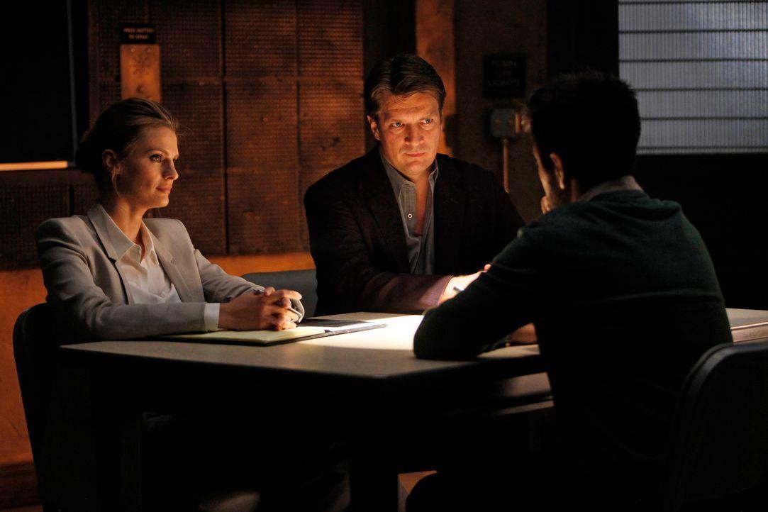 Der des Mordes verdächtigte Simon Doyle (Joshua Gomez, r.) tischt Kate (Stana Katic, l.) und Castle (Nathan Fillion, M.) eine Geschichte auf, die si... - Bildquelle: ABC Studios