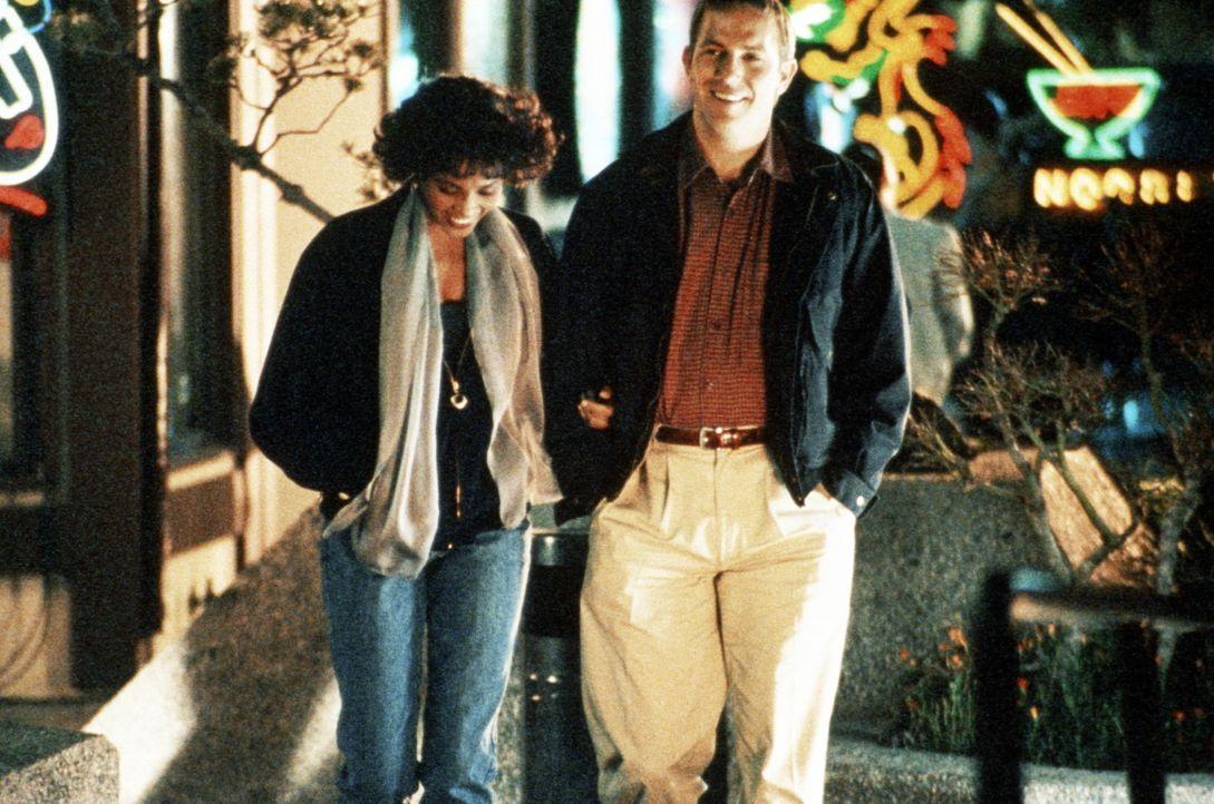 Die Pop-Diva Rachel Marron (Whitney Houston, l.) und ihr Bodyguard Frank Farmer (Kevin Costner, r.) genießen einen Bummel zu zweit ... - Bildquelle: Warner Bros.