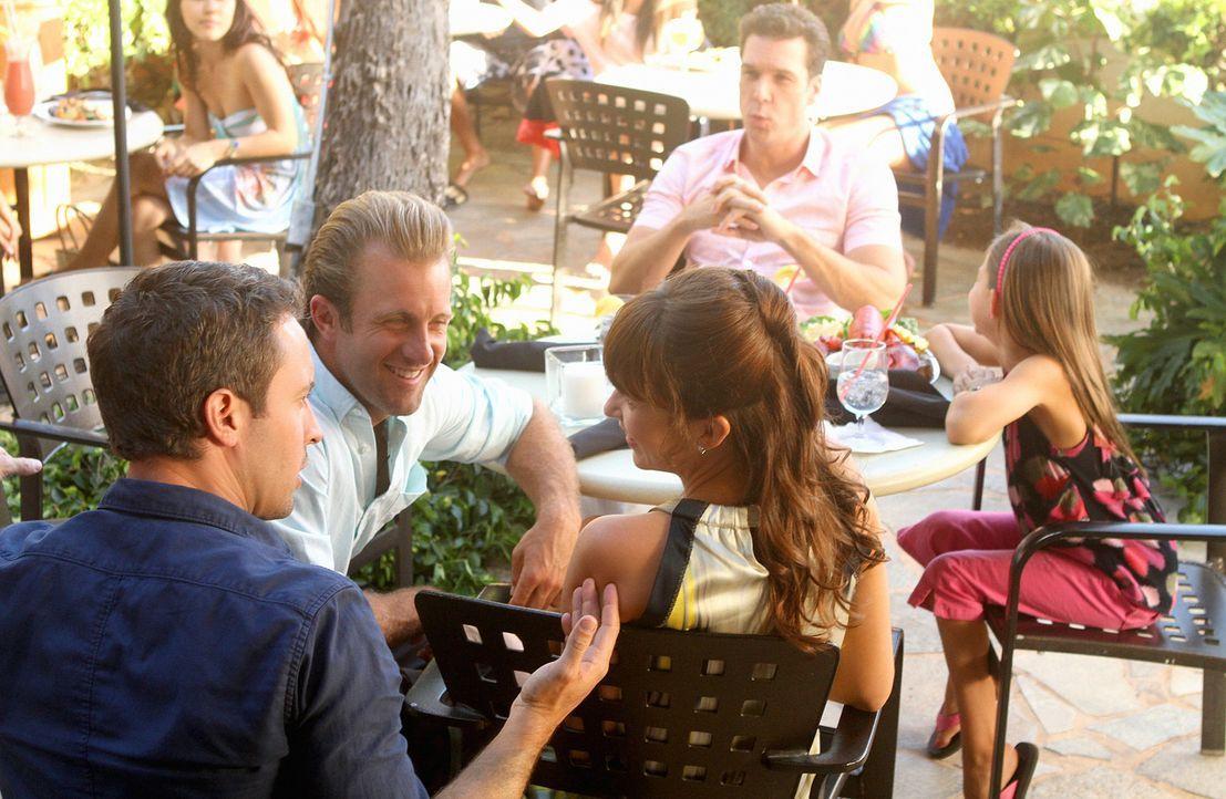 Dannys (Scott Caan, 2.v.l.) abenteuerlustiger Bruder Matt (Dane Cook, hinten) kommt auf die Insel und verbringt mit Danny, Grace (Teilor Grubbs, r.)... - Bildquelle: 2011 CBS BROADCASTING INC.  All Rights Reserved.