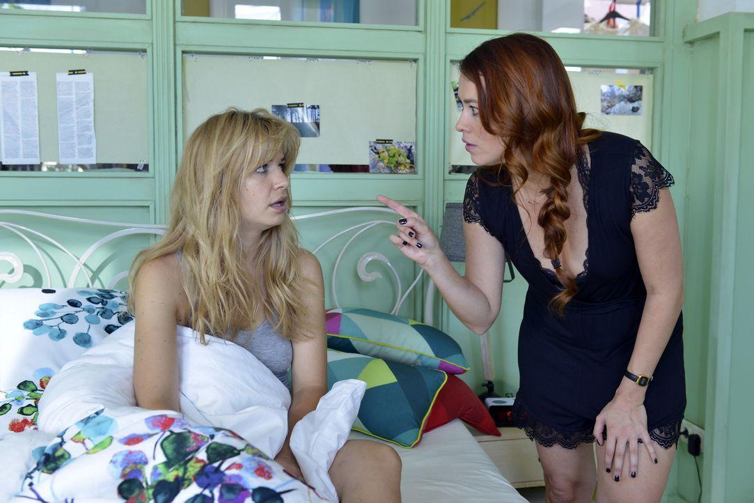 Hat Mila (Susan Sideropoulos, l.) vom Tobi-Date ein Tittentrauma davongetragen? Für Sally (Laura Osswald, r.) ist die Ursache völlig eindeutig ... - Bildquelle: Oliver Ziebe SAT.1