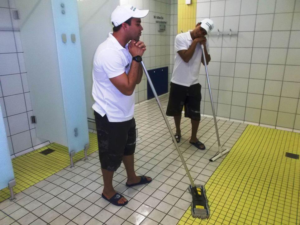 Die muskelgestählten brasilianischen Rettungsschwimmer Taian (r.) und Gustavo (l.) arbeiten im Hallen-und Freibad in der thüringischen Provinz. Ei... - Bildquelle: kabel eins