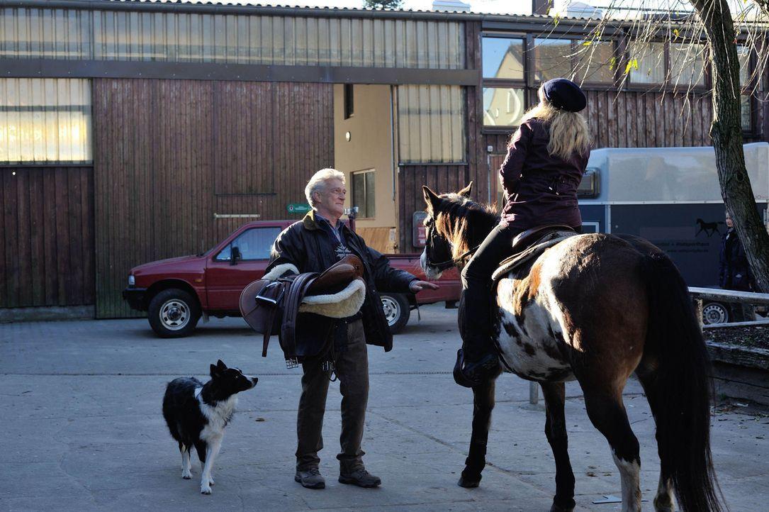 Viktor (Max Moor, l.) erkundigt bei Josephine (Diana Amft, r.), wie ihr erster Arbeitstag verlaufen ist ... - Bildquelle: Hardy Spitz SAT.1
