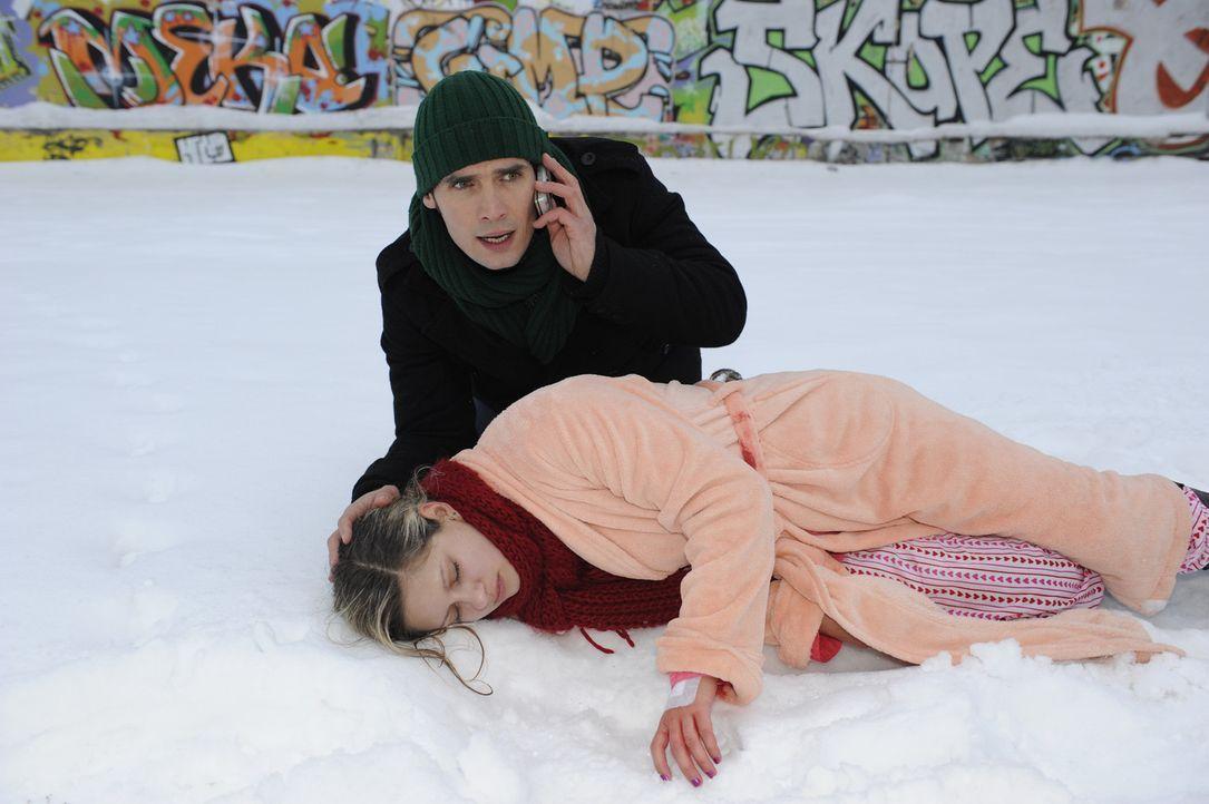 Alexander(Paul Grasshoff, hinten) rettet die bewusstlose Mia (Josephine Schmidt, vorne). Mia geht zunächst davon aus, dass Lars ihr Retter war, doc... - Bildquelle: SAT.1
