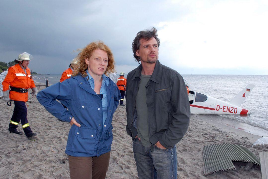 Petersens Maschine ist abgestürzt. Kommissar Falk Jensen (René Steinke, r.) und seine Assistentin Svea (Annika Martens, l.) schauen sich die Ungl - Bildquelle: Susanne Dittmann Sat.1