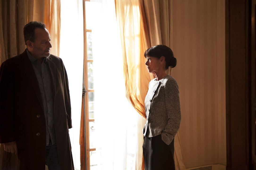 Was hat Liliane Coberg (Geraldine Chaplin, r.) mit dem Mord an Bernard Lang zu tun. Jo (Jean Reno, l.) versucht alles, um dies herauszufinden ... - Bildquelle: Stéphanie Dupont Atlantique Productions
