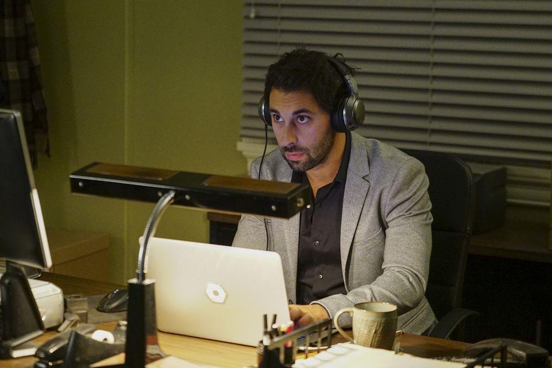 Was hat Qasim (Rafi Silver) auf dem Laptop entdeckt? - Bildquelle: Sonja Flemming 2016 CBS Broadcasting, Inc. All Rights Reserved