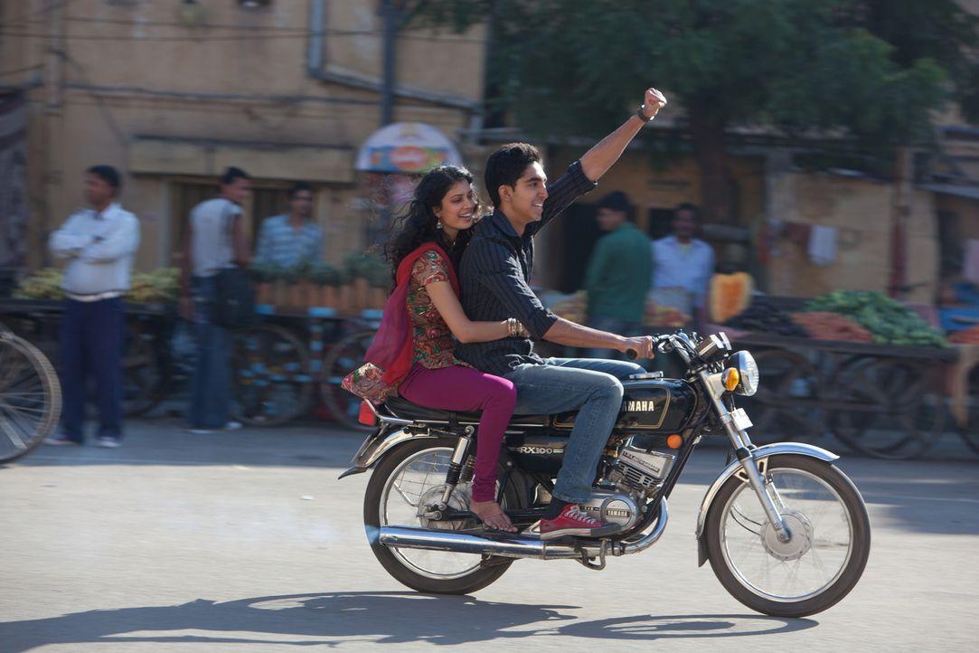 Obwohl Sonnys (Dev Patel, r.) Mutter gegen die Hochzeit mit Sunaina (Tena Desae, l.) ist, lassen sich die beiden jungen Leute nicht entmutigen ... - Bildquelle: 2012 Twentieth Century Fox Film Corporation. All rights reserved.