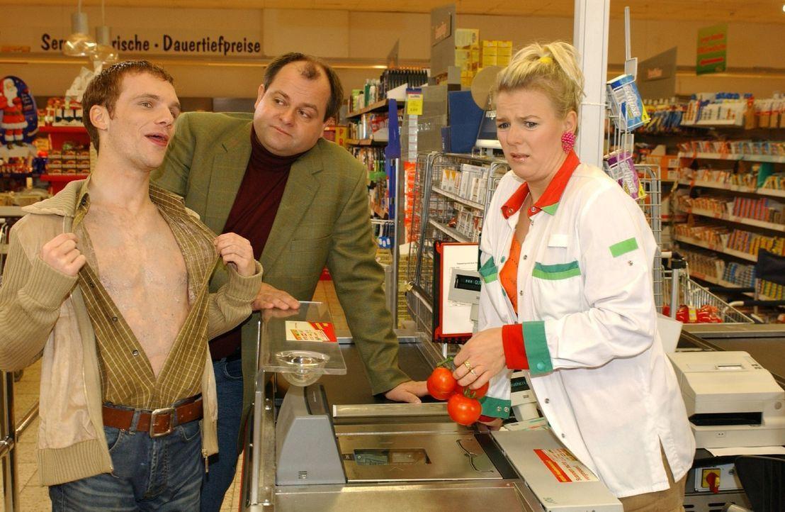 Bei den dreisten Dreien - Ralf Schmitz, l., Markus Majowski, M. und Mirja Boes, r. - entwickelt sich ein einfacher Supermarktbesuch zum komischen De... - Bildquelle: Stephen Power Sat.1
