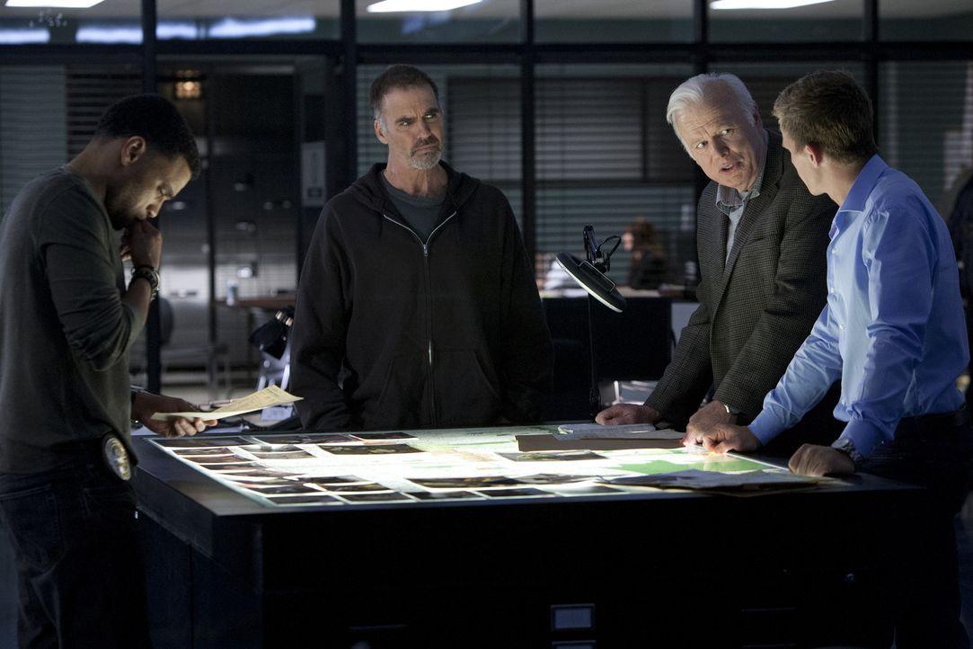 Travis (Michael Ealy, l.) und Wes (Warren Kole, r.) ermitteln mit ihren Mentoren Fred (Kevin Tighe, 2.v.r.) und Dan (Jeff Fahey, 2.v.l.) an einem wi... - Bildquelle: USA Network