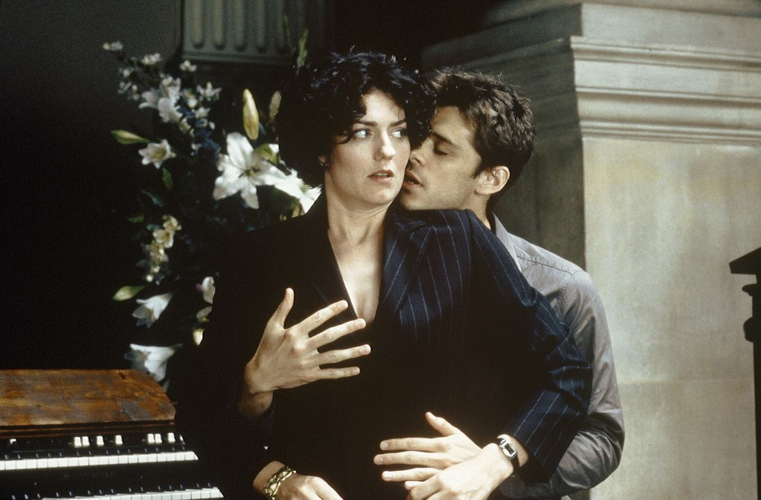 Als Molly (Anna Chancellor, l.) und Janine feststellen, dass Kate sich zu Jed (Kenny Doughty, r.) hingezogen fühlt, beschließen die fürsorglichen... - Bildquelle: Sony Pictures Television International. All Rights Reserved.
